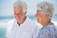Happy senior couple on the beach (thumbnail)