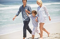 Couple with their son walking on the beach (thumbnail)