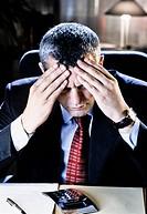 primo piano di un uomo con il mal di testa