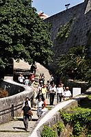 Naha (Japan): tourists visiting the Shuri Castle