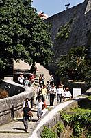 Naha (Japan): tourists visiting the Shuri Castle