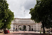 admiralty arch from the mall in london