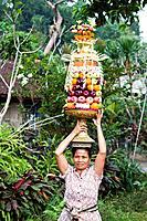 Indonesia, Bali, Ubud, Balinese Woman with offerings / Balinesin mit Opfergaben, Ubud, Bali, Indonesien / Spring 2011 / Frühjahr 2011