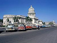 Capitolio. 1929. Dome and rotunda. Museum of Natural Sciences. Gardens. Old cars parked in rows. Men.