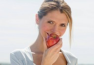 Portrait of woman eating apple