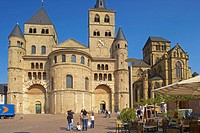 View over the Domfreihof at St. Peter´s cathedral and Church of Our Lady, Trier, Mosel, Rhineland_Palatinate, Germany, Europe