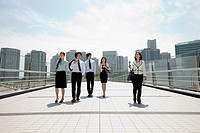 Businesspeople in city scene (thumbnail)