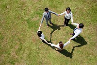 Businesspeople in a circle in field, high angle (thumbnail)