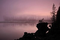 USA, Oregon, Deschutes County, Morning mist on Sparks Lake