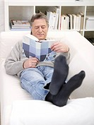Germany, Hamburg, Senior man reading book (thumbnail)