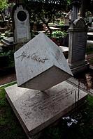 Grabmal der Architekten Guiseppe Perugini mit auf der Spitze stehendem Wrfel