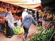 Rwanda, Ruhnegeri. Vendors selling their fresh produce at the local market