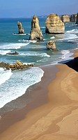 The 12 Apostles at the Great Ocean Road, Victoria, in the foreground the collapsed Apostle which left the rockformations as 11 Apostles. Die berühmten...