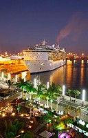 Cruise ship Independence of the Seas berthed near outdoor bar in Centro Comercial Muelle, Parque Santa Catalina, Las Palmas, Gran Canaria, Canary Isla...