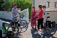 BICYCLE TOURISM. CYCLISTS WITH THEIR BIKES WELCOMED AT MONSIEUR DORADOUX'S CLE VACANCES BED BREAKFAST, CHARTRES, EURE_ET_LOIR 28, CENTRE, FRANCE
