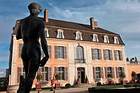REPRODUCTION OF THE FAMOUS 'DAVID' BY MICHELANGELO AND, IN THE BACKGROUND, SCULPTURE BY JOSEPHA ENTITLED ´ENVIE DE VIE´, EXHIBITION IN THE COURTYARD O...