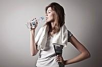 donna sportiva con bottiglia d´acqua