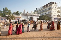 Group waiting near the Ajmer Bus Stand in Pushkar - Rajasthan, India
