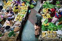 Overview of a fruit and vegetable market with sellers and buyers, Goa, India, Asia