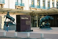 A statue´s of a horse and rhino near the museum d´Orsay, Paris