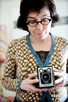 mujer haciendo fotos con camara antigua Kodak Brownie, woman taking pictures with old Kodak Brownie camera