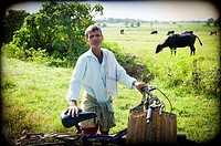 hombre con una bicicleta posando en un camino del campo en Mundgod, Karnataka, India, Asia, man posing with a bicycle on a country road in Mundgod, Ka...