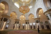The imposing chandelier at Sheikh Zayed Grand Mosque, Abu Dhabi, Uniter Arab Emirates