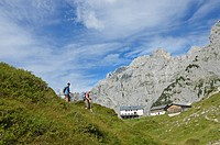 Hikers climbing a mountain, descending past Klamml towards Gruttenhuette mountain lodge, Ellmauer Halt, Wilder Kaiser mountain, Tyrol, Austria, Europe