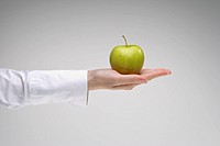 Woman´s hand holding an apple