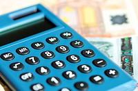 Ein Taschenrechner mit Euroscheinen.