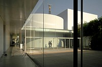 21st Century Museum of Contemporary Art SANAA Kazuyo Sejima + Ryue Nishizawa Kanazawa Japan 2004 view of internal courtyard with The Man who measured ...