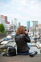 junge Fotografin im Stadthafen Düsseldorf