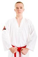 Junger Mann in Taekwondo_Kleidung steht in der Startposition