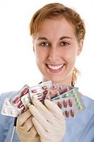 Junge Krankenschwester hält einen Fächer aus Tablettenpackungen Model: Daniela L.