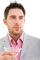 Junger Mann hält ein gefülltes Martiniglas Model: Kosta Lales