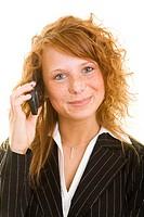 Junge rothaarige Frau telefoniert mit ihrem Handy