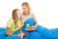 Mutter frühstückt mit ihrer Tochter im Bett