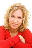Blonde Frau verschränkt ihre Arme