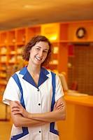 Portrait einer lachenden Apothekerin in Verkaufsraum