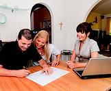 Beratung und Vertrag Unterschrift in einer Wohnung