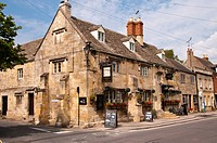 England, Gloucestershire, Winchcombe. The Corner Cupboard Inn, originally built as a farmhouse in the 16th century, in the Cotswolds.