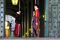 Swiss soldiers of the Swiss Guard at St. Peter´s Basilica, changing of the guard, Vatican, Rome, Lazio region, Italy, Europe