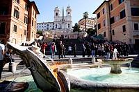 chiesa della trinità dei monti, fontana della barcaccia, piazza di spagna, roma, italia