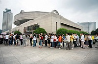 People waiting on a queue to enter the Shanghai Museum, Renmin Guangchang, People´s Square, Shanghai, China.