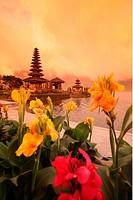 Der Ulun Danu Tempel am Bratan See in nordosten von Bali auf der Insel Bali, Indonesien.