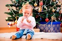 Junges Mädchen mit Weihnachts_Süßigkeiten