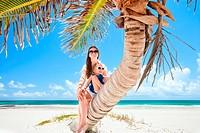 Mutter und Tochter sitzen auf Palme