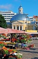 Der Marktplatz Kauppatori von Turku in Finnland am frühen Morgen, im Hintergrund die Orthodoxe Kirche / Turku market square early in the morning, in t...