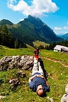 Ein Wanderer erholt sich bei einer Wanderung in den Bergen von Österreich. Aktivität in der Freizeit