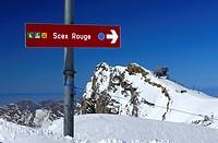 Wegweiser zum Scex Rouge auf einr Skipiste im Gletscherskigebiet Les Diablerets _ Glacier 3000, hinten Bergstation am Gipfel Scex Rouge, Berner Oberla...